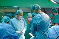 Un equipo de cirujanos del Hospital de Alicante, durante una intervención.