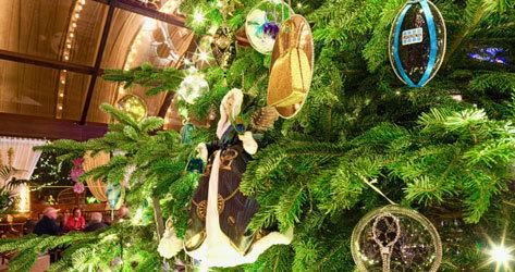 Detalle del árbol con piezas de Chanel, Bulgari o Cartier.