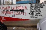 Pintada independentista con los nombres de siete de los nueve presos en una calle de Sant Vicenç dels Horts, el pueblo donde fue alcalde Oriol Junqueras.