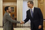 Felipe VI recibe a Alberto Garzón, líder de IU, durante la audiencia en el Palacio de la Zarzuela.