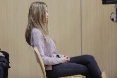La acusada de matar a su pareja, en el banquillo.