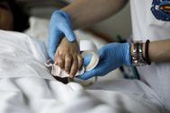 Un paciente recibe cuidados paliativos en un hospital.