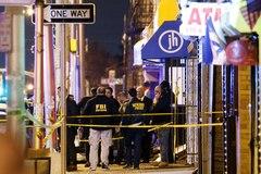Miembros de los cuerpos policiales investigan el lugar en el que se produjo ayer el tiroteo, en Jersey City.
