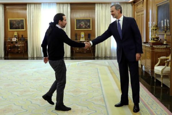 El secretario general de Podemos, Pablo Iglesias, saluda al Rey, este...