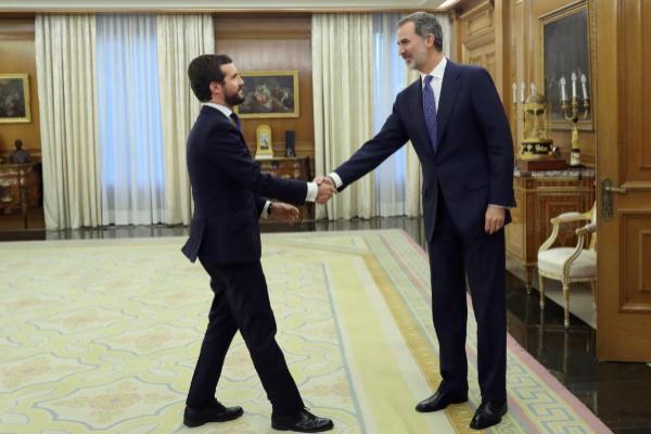 El presidente del PP, Pablo Casado, saluda al Rey, este miércoles, en...