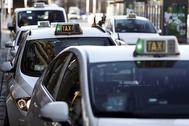 Cola de taxis en una parada de Madrid
