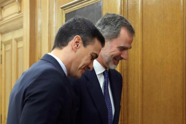 El secretario general del PSOE, Pedro Sánchez (izqda.), y el Rey, este miércoles, en el Palacio de La Zarzuela.