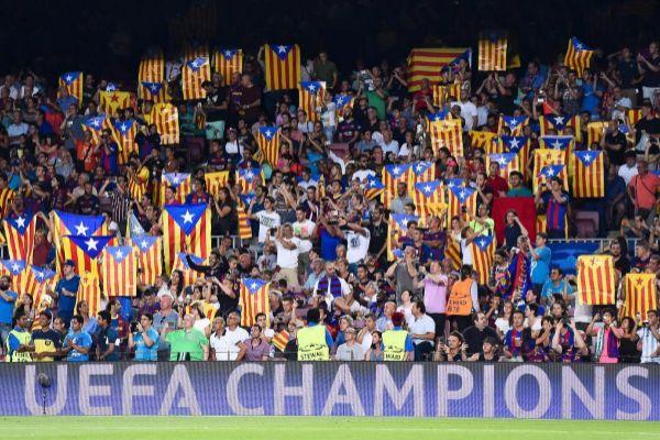 Esteladas en la grada del Nou Camp, durante un partido de Champions.