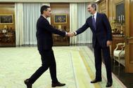 El secretario general del PSOE, Pedro Sánchez, saluda al Rey, este miércoles, en el Palacio de la Zarzuela.
