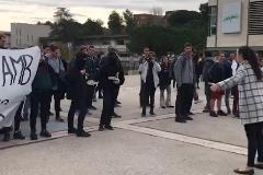 """Agresión a un vigilante y acoso a constitucionalistas al grito de """"Fuera fascistas de la universidad"""""""