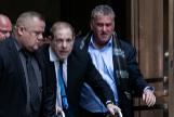 Weinstein abandona los juzgados de Nueva York, este miércoles.