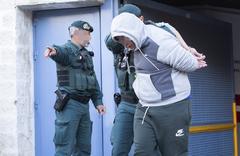 Agentes de la Guardia Civil trasladan a un detenido en una operación contra el tráfico de drogas desarrollada este noviembre en Málaga.