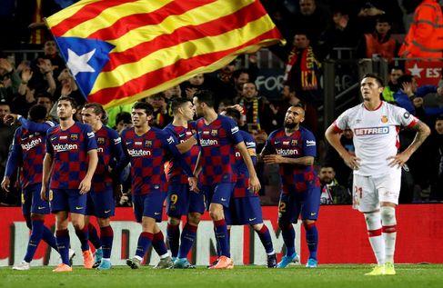 Los aficionados despliegan una estelada en el Camp Nou.