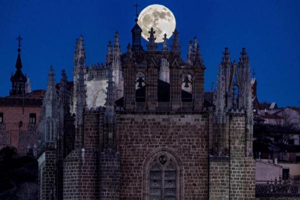 Luna llena sobre el monasterio de San Juan de los Reyes en Toledo,...