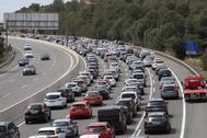 Colas kilométricas de coches en la AP-7, a su paso por La Pobla de Montornes, en la pasada operación salida de Semana Santa.