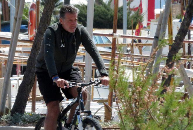 Emilio Aragón, en bicicleta por Mallorca, en una imagen de hace unos...