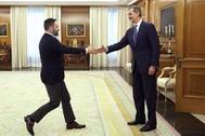 El presidente de Vox, Santiago Abascal, saluda al Rey, este miércoles, en su visita al Palacio de la Zarzuela.