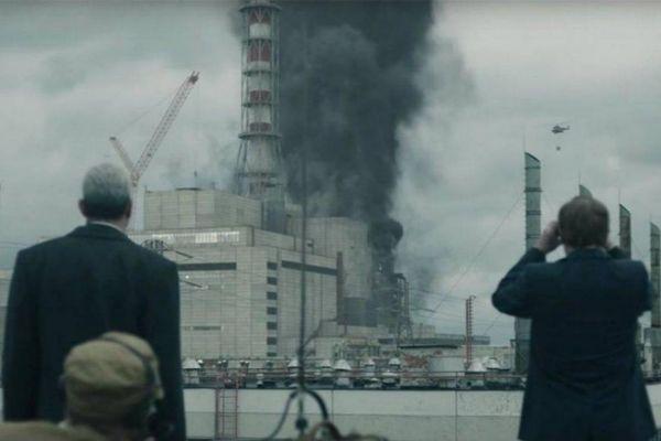 El reactor nuclear humeando en la serie 'Chernobyl'.
