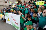 Integrantes de la plataforma antidesahucios, durante una protesta en Castellón.