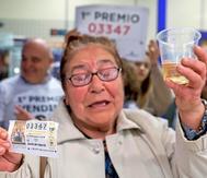 Una señora celebra el primer premio de la lotería en Cuenca