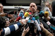 A la izquierda, Rubiales atiende a la prensa tras convocar una huelga cuando él era presidente de la AFE.