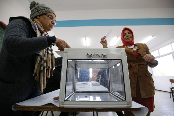 Algiers (Algeria), 23/10/2019.- A woman casts her ballot during the...