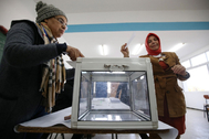 Algiers (Algeria), 23/10/2019.- A woman casts her ballot during the presidential elections, in Algiers, Algeria, 12 December 2019. Five candidates are running in the 12 December presidential elections, the first since the former president stepped down in April 2019. (Elecciones, <HIT>Argel</HIT>) EPA/