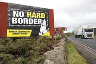 Cartel contra el Brexit en la frontera entre las dos Irlandas.