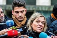 Raúl Calvo (i), junto con su abogada.. BURGOS.- Raúl Calvo (i), uno de los acusados de agresión sexual a una menor, junto con su abogada Olga Navarro, realizan declaraciones a los medios, este miércoles a su salida de la Audiencia Provincial de Burgos tras la conclusión de la vista, en la que las acusaciones pública, popular y particular del denominado Caso <HIT>Arandina</HIT> han adelantado que en sus escritos de conclusiones, que formalizarán mañana, ratificarán las imputaciones de agresiones sexuales y colaboración contra los tres exfutbolistas de la <HIT>Arandina</HIT> Fútbol Club.