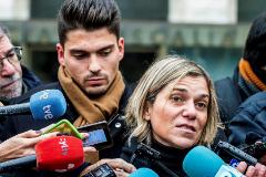 GRAF8435. BURGOS, 27/11/2019.- Raúl Calvo (i), uno de los acusados de agresión sexual a una menor, junto con su abogada Olga Navarro, realizan declaraciones a los medios, este miércoles a su salida de la Audiencia Provincial de Burgos tras la conclusión de la vista, en la que las acusaciones pública, popular y particular del denominado Caso <HIT>Arandina</HIT> han adelantado que en sus escritos de conclusiones, que formalizarán mañana, ratificarán las imputaciones de agresiones sexuales y colaboración contra los tres exfutbolistas de la <HIT>Arandina</HIT> Fútbol Club. EFE/ Santi Otero