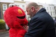 Un miembro del equipo de seguridad de Jeremy Corbyn aparta a una mujer vestida de Elmo.