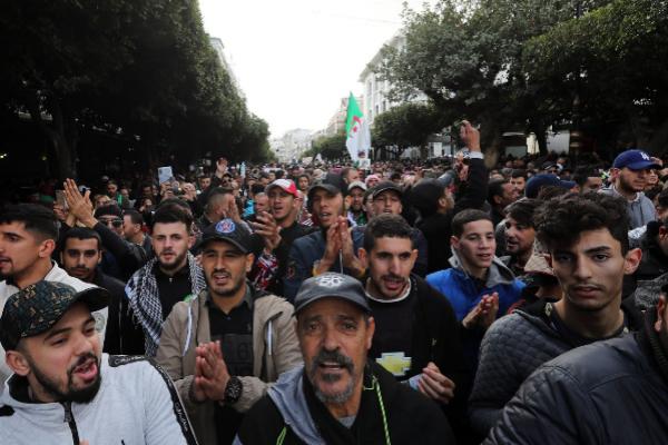 <HIT>Algiers</HIT> (Algeria).- Algerians chant slogans during a...