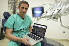 El cirujano maxilofacial Luis Senís explicando una técnica en una imagen de archivo.