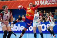 -FOTODELDIA- EPA7499. KUMAMOTO (JAPÓN).- La española Ainhoa Hernández Serrador (C) se dispone a tirar a puerta durante el partido contra Hungría en el Mundial <HIT>femenino</HIT> de <HIT>balonmano</HIT> celebrado en Kumamoto, Japón, este domingo.