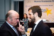 Luis de Guindos, vicepresidente del Banco Central Europeo, conversa con Pablo Casado en un acto del Fórum Europa.