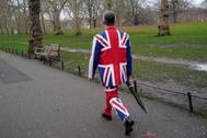 Un hombre con un traje de la bandera del Reino Unido pasea por Londres.