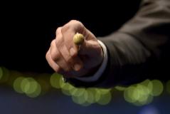 Detalle de una bola extraída de un bombo con un premio de la Lotería Nacional.