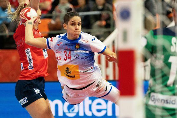 Kumamoto (Japan).- Alicia Fernandez Fraga (C) of Spain in action...