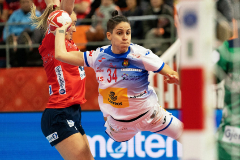 Kumamoto (Japan).- Alicia Fernandez Fraga (C) of Spain in action during the IHF Women's World Championship semi final match between Norway and Spain in Kumamoto, Japan, 13 December 2019. (<HIT>Balonmano</HIT>, Japón, Noruega, España) EPA/