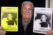Juanjo Álvarez con dos carteles que reclaman justicia por la muerte de su hijo.