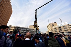 Los manifestantes se reúnen alrededor del cuerpo de Haizam.