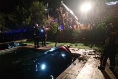 Acaba con su coche en una piscina tras evitar un control de la Guardia Civil