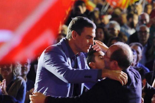 Sánchez e Iceta se abrazan en un acto electoral.