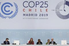 GRAF8466. MADRID.- La ministra chilena de Medio Ambiente, Carolina <HIT>Schmidt</HIT> (c), preside la sesión plenaria de la Cumbre del Clima COP25, este viernes, en Madrid.