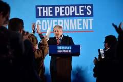 El primer ministro Boris Johnson celebra su victoria ante sus fieles.