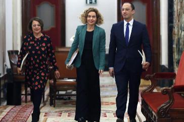 La presidenta del Congreso, Meritxell Batet, acompañada por los otros miembros del PSOE en la Mesa: Sofía Hernanz y Alfonso Rodríguez Gómez de Celis,