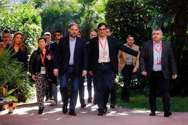 El secretario de Organización del PSOE, José Luis Ábalos (centro),...