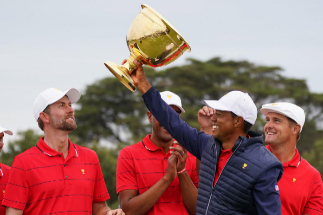 Melbourne (Australia), 14/12/2019.- Playing Captain <HIT>Tiger</HIT> Woods of the USA team celebrates with the trophy after winning during the Sunday singles matches on day four of the 2019 Presidents Cup <HIT>golf</HIT> tournament at the Royal Melbourne <HIT>Golf</HIT> Club in Melbourne, Australia, 15 December 2019. (Estados Unidos) EPA/ EDITORIAL USE ONLY AUSTRALIA AND NEW ZEALAND OUT