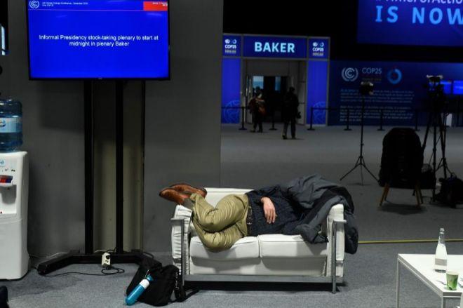 Un hombre duerme en el Ifema, durante la COP25