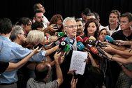 Ribó y Gómez anuncian el pacto del Rialto ante la mirada del concejal de Movilidad, Giuseppe Grezzi.